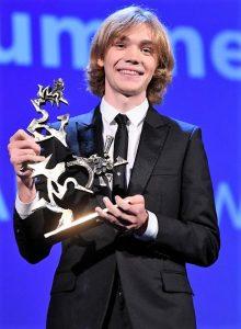 Charlie Plummer ritira il Premio Mastroianni a Venezia